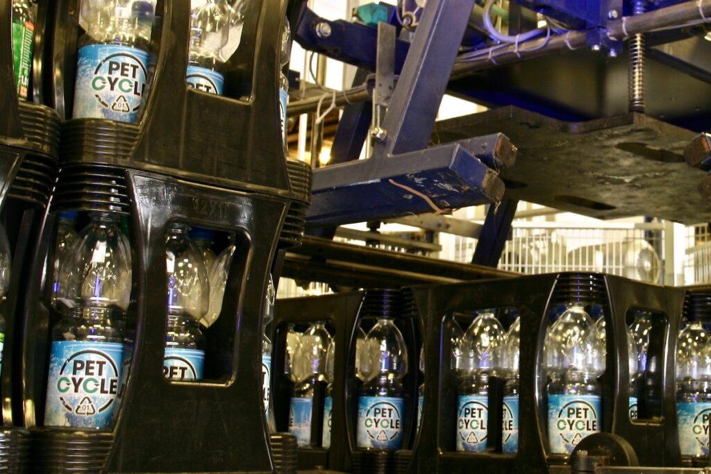 Palettierung Petcycle Mehrweg Kaesten Mineralwasser Einweg-Flaschen